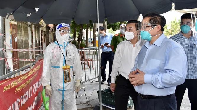 Thủ tướng kiểm tra tình hình tại ngõ 328 đường Nguyễn Trãi, ổ dịch nóng nhất tại Hà Nội thời gian qua - Ảnh: VGP/Nhật Bắc