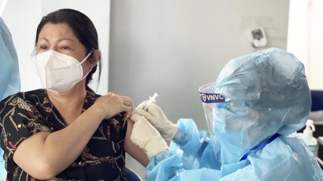 Người dân được tiêm vaccine phòng COVID-19 (Ảnh - VNVC)