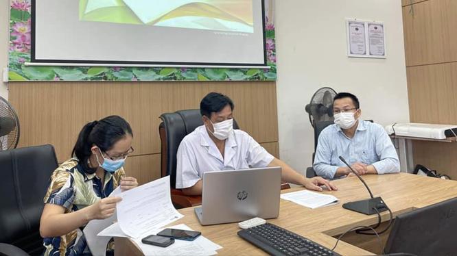 TS. Phạm Ngọc Thạch - Giám đốc Bệnh viện Bệnh Nhiệt đới Trung ương (ở giữa áo trắng) thảo luận với các bác sĩ về nghiên cứu (Ảnh - BVCC)