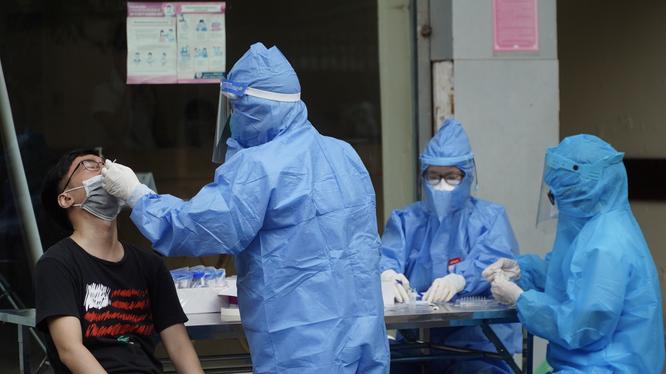 Nhân viên y tế lấy mẫu xét nghiệm COVID-19 cho người dân (Ảnh - Minh Nhân)