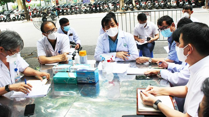 PGS.TS. Lương Ngọc Khuê làm việc với Bệnh viện Hữu nghị Việt Đức về công tác phòng, chống dịch COVID-19 (Ảnh - Lê Hảo)