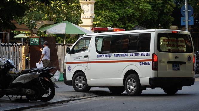Xe cấp cứu ở phía ngoài Bệnh viện Hữu nghị Việt Đức (Ảnh - Minh Nhân)