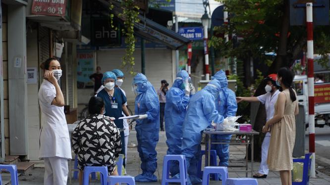 Khu vực lấy mẫu xét nghiệm COVID-19 ở Bệnh viện Hữu nghị Việt Đức (Ảnh - Minh Nhân)