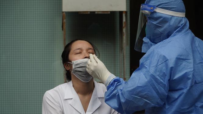 Nhân viên y tế được lấy mẫu xét nghiệm COVID-19 ở Bệnh viện Hữu nghị Việt Đức (Ảnh - Minh Nhân)