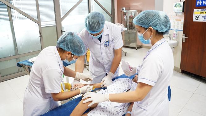 Các bác sĩ chăm sóc vết thương hàng ngày cho trẻ bỏng điện (Ảnh - BVCC)