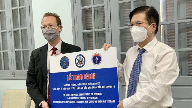 Thứ trưởng Bộ Y tế Trương Quốc Cường tiếp nhận 36 tủ lạnh âm sâu của Hoa Kỳ để lưu trữ vaccine COVID-19 (Ảnh - ĐSQHK)