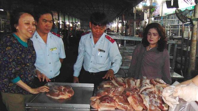 Ban Quản lý ATTP TP.HCM kiểm tra thịt heo kinh doanh tại chợ đầu mối Hóc Môn