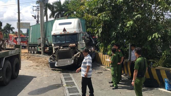 Xe container và ô tô 4 chỗ trong vụ tai nạn bị biến dạng nghiêm trọng