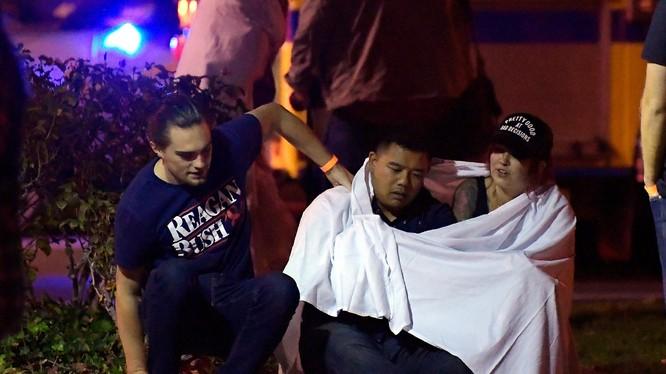 Các nạn nhân đang an ủi lẫn nhau sau khi thoát nạn trong vụ xả súng.