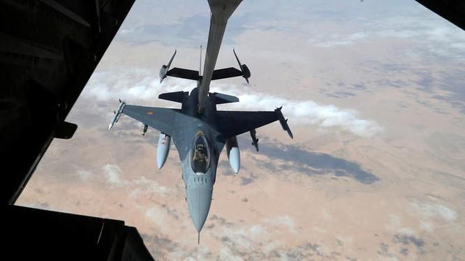 Máy bay chiến đấu Mỹ tiếp nhiên liệu trên không phận Syria.