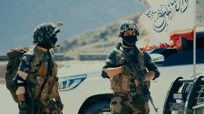 Hai tay súng của Taliban trong chiến dịch al-Khandagh.