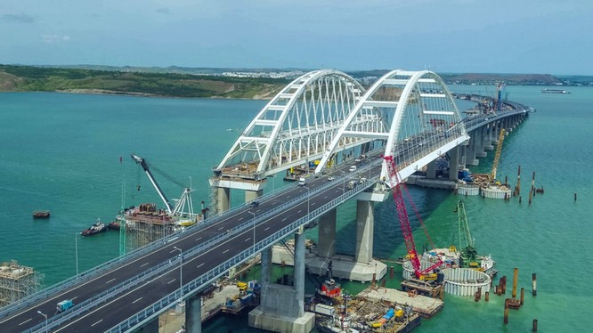 Cầu qua eo biển Kerch, nối liền từ đất Nga sang Crimea.