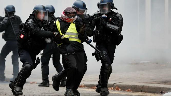 Lực lượng an ninh Pháp bắt giữ một người Gilê vàng.