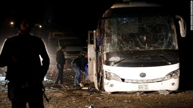 Chiếc xe bus chở du khách Việt Nam tại Ai Cập bị trúng bom vệ đường. Ảnh: CNN.