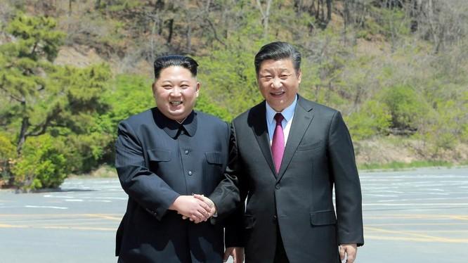 Lãnh đạo Triều Tiên Kim Jong Un và chủ tịch Trung Quốc Tập Cận Bình tại Đại Liên, Trung Quốc.