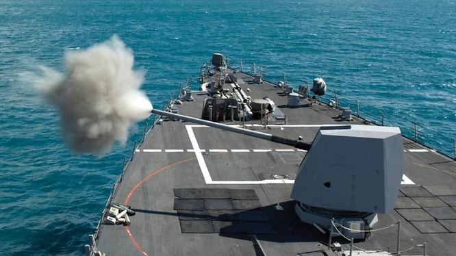 Hệ thống pháo hạm MK-45 cỡ nòng 127mm nhả đạn. Ảnh minh họa: Conts.Ws.