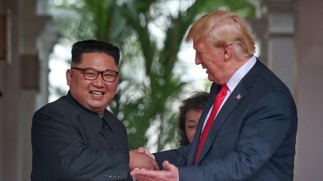 Hai ông Kim Jong-un và Donald Trump trong cuộc họp thượng đỉnh diễn ra vào tháng 6.2018 tại Singapore.