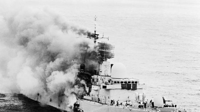 Tàu khu trục Anh quốc HMS Sheffield bị máy bay Argentina dùng tên lửa AM39 Exocet bắn cháy trong cuộc chiến Falksland.