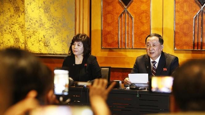 Bộ trưởng Bộ Ngoại giao Triều Tiên Ri Yong Ho chủ trì họp báo về Hội nghị Thượng đỉnh Mỹ - Triều Tiên lần thứ hai. Ảnh: Lâm Khánh - TTXVN.