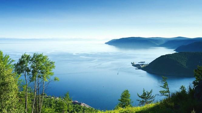 Hồ Baikal, một biểu tượng của nước Nga.
