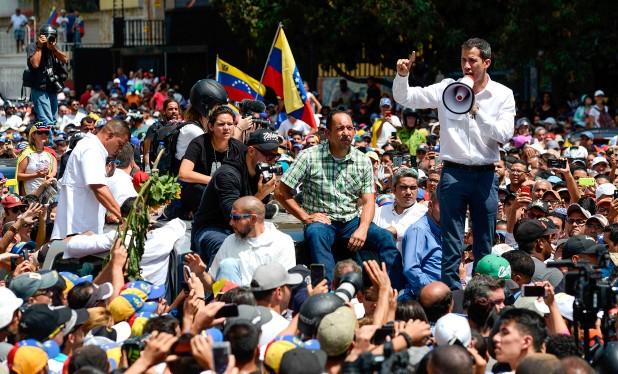 Lãnh đạo phe đối lập với chính phủ Venezuela, tổng thống tự xưng Juan Guaido phát biểu trong một cuộc biểu tình.