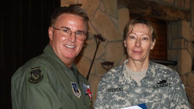 Thiếu tướng Don Harvel (bìa trái) trong lễ nghỉ hưu.