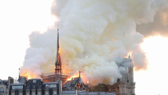 Vụ cháy lớn tại nhà thờ Đức bà Paris.