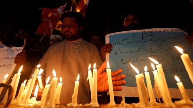 Những người dân tại Karachi, Pakistan thắp nến tưởng niệm các nạn nhân thiệt mạng trong vụ tấn công tại Sri Lanka.