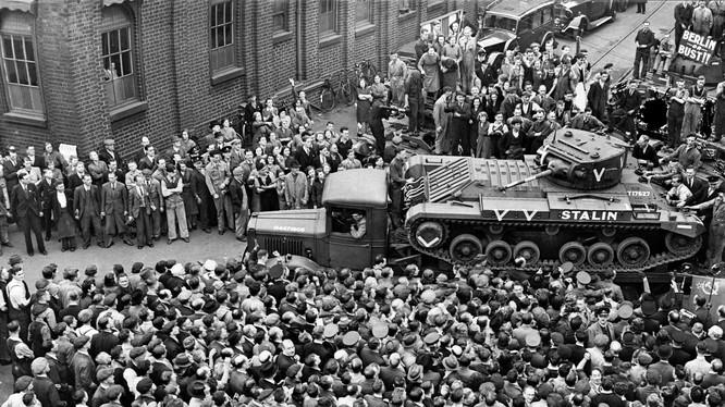 Xe tăng Valentine của Anh quốc được chuyển tới Liên Xô.