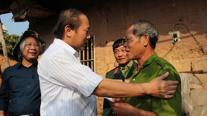Bộ trưởng Trương Minh Tuấn thăm và tặng quà gia đình ông Nông Văn Lý đang sinh sống tại bản Chắt