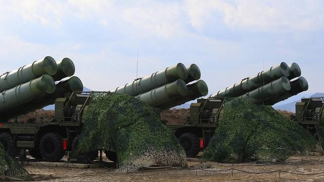 Hệ thống tên lửa đất đối không tầm trung và tầm xa S-400 cùng các bệ phóng tên lửa/súng tầm trung của Nga đã thực hành tấn công tên lửa hành trình của kẻ thù tại Crimea.