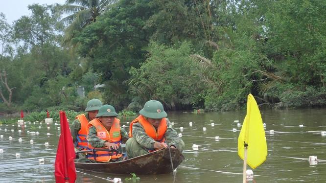Các cán bộ, chiến sĩ của Lữ đoàn 299 đang tác nghiệp rà, phá bom, mìn, vật nổ tồn sót sau chiến tranh dưới nước tại huyện Hoài Nhơn, Bình Định.