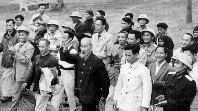 Sinh thời Chủ tịch Hồ Chí Minh đã có nhiều lời nói, bài viết về công tác cán bộ hết sức sâu sắc.