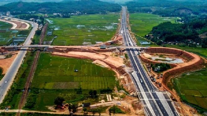 Dự án cao tốc Đà Nẵng-Quảng Ngãi mới đưa vào sử dụng từ tháng 9/2018 nhưng đã nhanh chóng xuống cấp, hư hỏng.