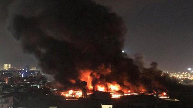 Khu nhà xưởng bị cháy nằm trong khu dân cư đông đúc.