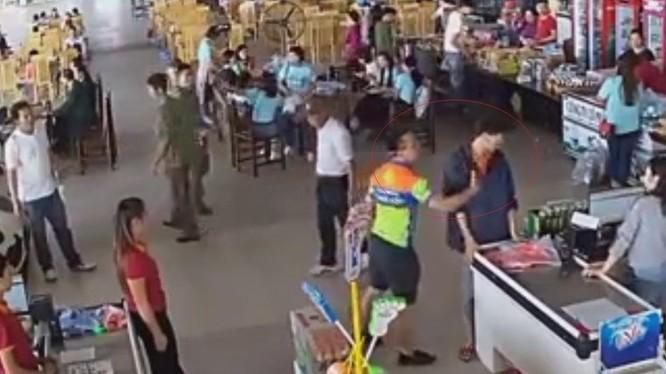 Hình ảnh Thượng úy Nguyễn Xô Việt tát nhân viên quầy thu ngân (ảnh cắt từ clip)