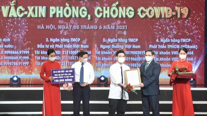 Thủ tướng Chính phủ Phạm Minh Chính trao chứng nhận, cảm ơn em Lê Đức Hiếu (15 tuổi), học sinh Trường Phạm Hồng Thái, Ba Đình, Hà Nội ủng hộ Quỹ vaccine phòng, chống dịch Covid-19.