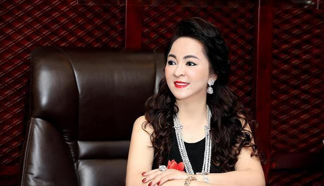 Mới đây, bà Nguyễn Phương Hằng và Phi Nhung xảy ra mâu thuẫn từ khi Nhâm Hoàng Khang tìm ra người đứng sau các tài khoản anti bà Hằng là quản lý cũ của nữ ca sĩ Phi Nhung.