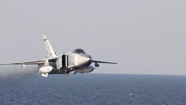 Máy bay ném bom chiến thuật Su-24 của Nga bay tạt sườn khu trục hạm USS Donald Cook của Hải quân Mỹ trên Biển Baltic.