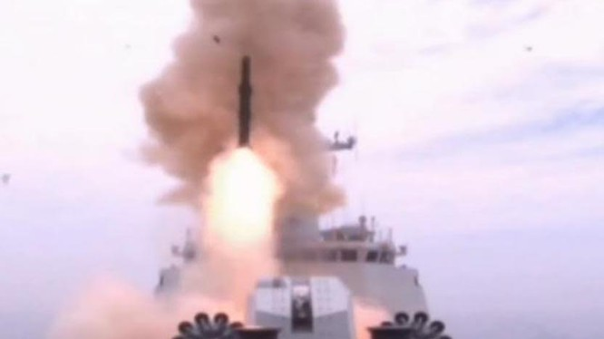 Tên lửa săn ngầm Y-8 lần đầu tiên xuất hiện trong cuộc tập trận quy mô lớn của Hạm đội Nam Hải, Hải quân Trung Quốc ở Biển Đông diễn ra vào tháng 7/2015.