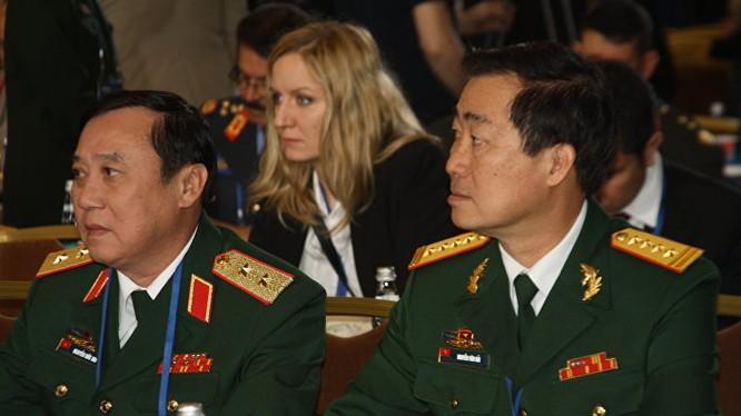 Phái đoàn quân sự của Việt Nam sang thăm Nga dưới sự dẫn đầu của Bộ trưởng Ngô Xuân Lịch.