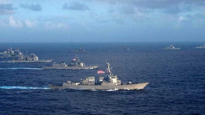 Hải quân Mỹ và Nhật Bản tập trận trên biển gần Philippines.