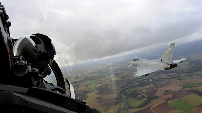 Tiêm kích Anh chặn 3 máy bay Nga trên biển Baltic