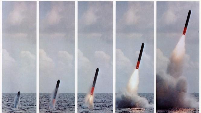 Tên lửa Tomahawk bắn từ tàu ngầm.