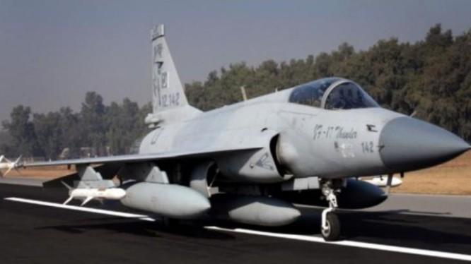 Máy bay chiến đấu hạng nhẹ JF-17 Thunder/FC-1 Kiêu Long do Trung Quốc và Pakistan hợp tác phát triển.