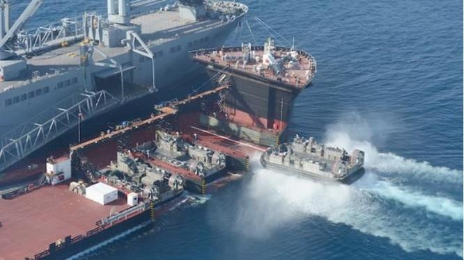 Tàu bán ngầm USNS Montford Point Hải quân Mỹ đang đón tàu đổ bộ đệm khí lên khoang. Nguồn ảnh: Internet
