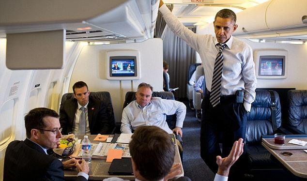 Tổng thống Obama và các trợ lý trên chuyên cơ Air Force One.