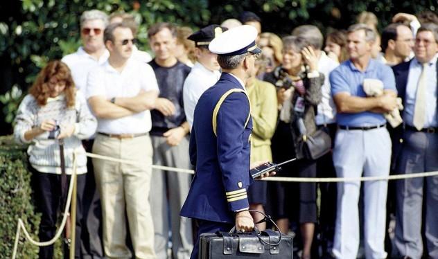 1 nhân viên sách cặp hạt nhân cho Tổng thống Mỹ Obama.