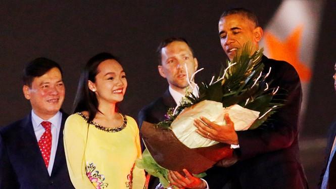 Trần Mỹ Linh tặng hoa cho Tổng thống Mỹ Barack Obama trong đêm 22.5.