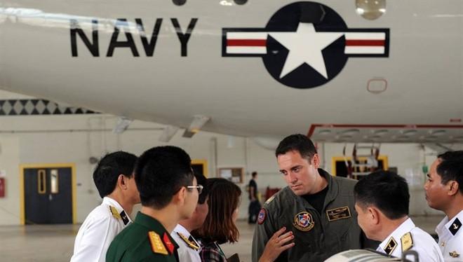 Phái đoàn Việt Nam thăm máy bay trinh sát-săn ngầm P-3 của Mỹ